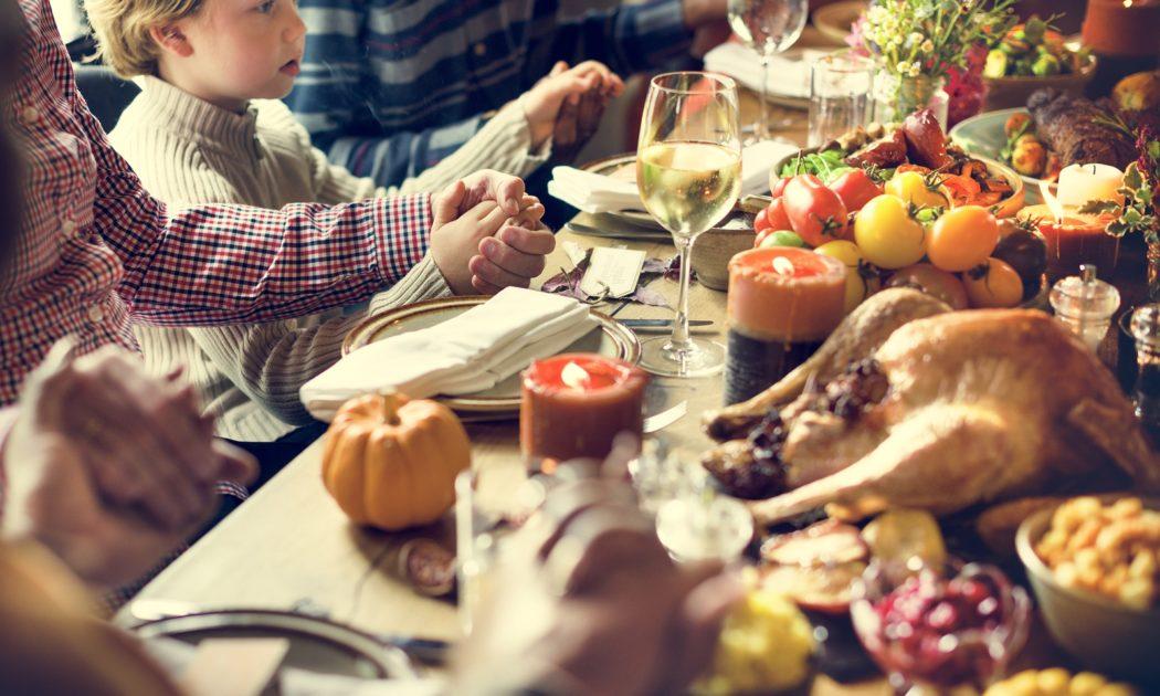 большая семья за обедом еда тяжелый, при этом